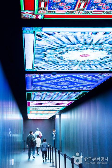 엘리베이터로 향하는 복도 천장의 화려한 그래픽 영상
