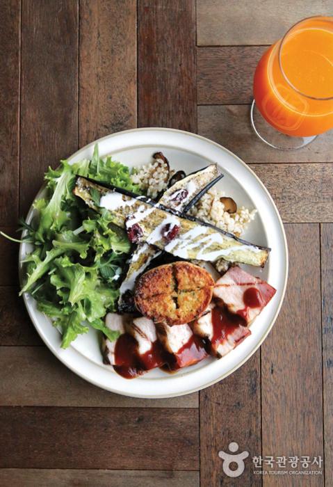 취향대로 만들어 먹는 피그인더가든의 플레이트 샐러드