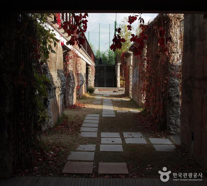 몬드리안정원에 옛 정수장 시설물이 일부 남아 있다.