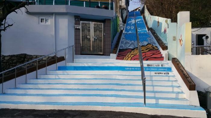 梨泉洞 九十九階段壁画村( 99계단 벽화마을)