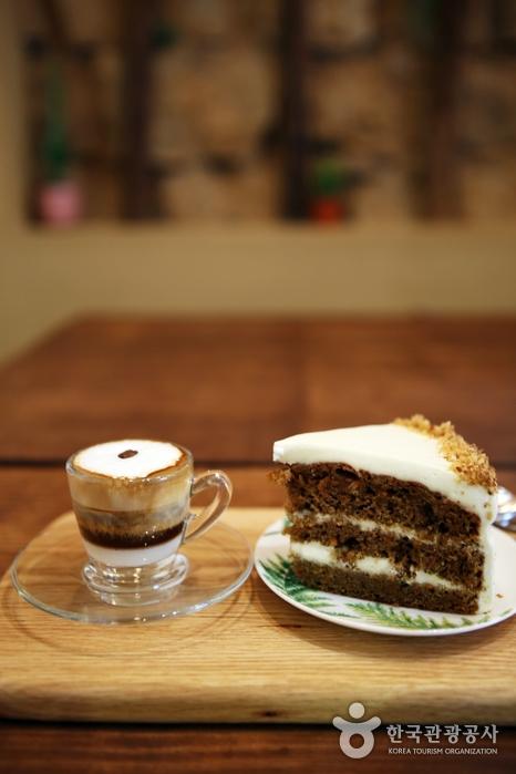 주인장의 손맛이 일품인 당근케이크와 카페봉봉