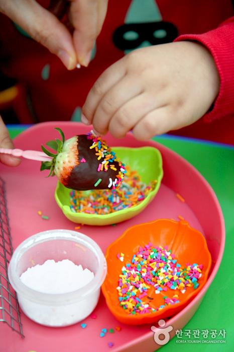 딸기 위에 초콜릿 옷 입히고 초코과자 솔솔 뿌려줘요.