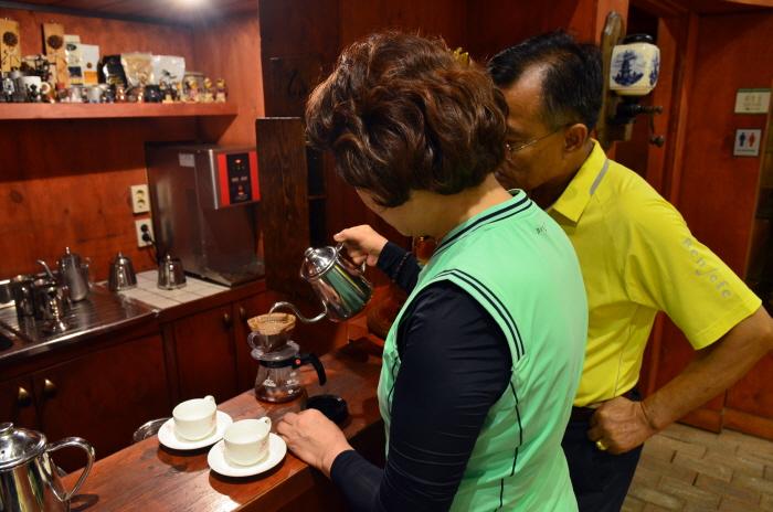 핸드드립으로 커피를 내리고 있다.