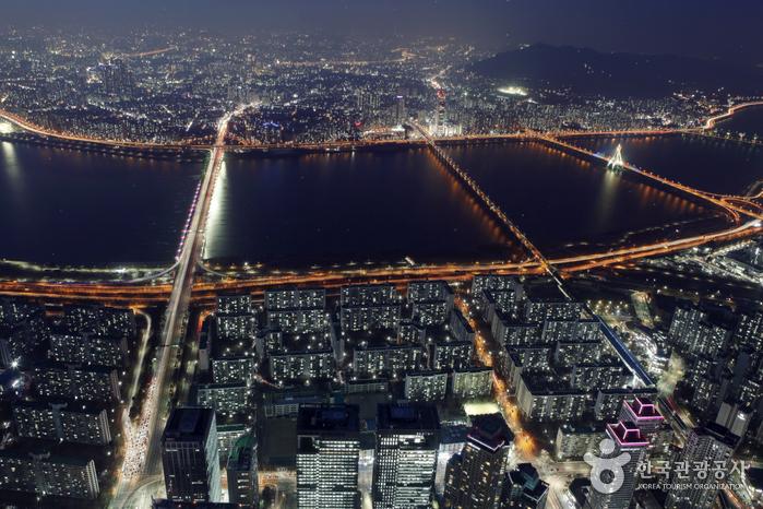 서울스카이는 한강 야경이 일품이다.