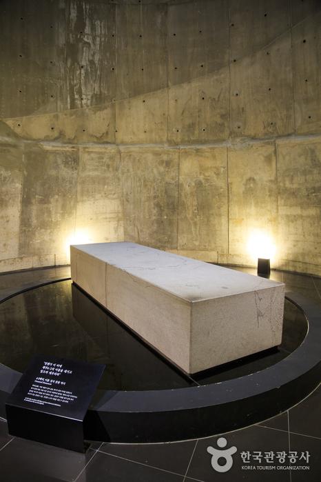 오랜 세월 역사의 뒤편에 묻혀 있던 제주4·3사건을 형상화한 백비