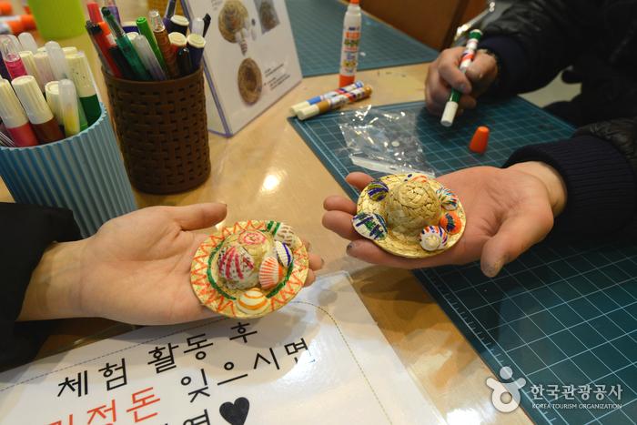 조개껍질 모자 장식 체험