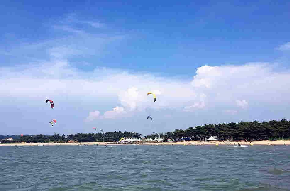 홀통해변은 물이 깨끗하고 바람이 좋고 파도가 잔잔하여 윈드서핑의 최적지로 손꼽힌다.2
