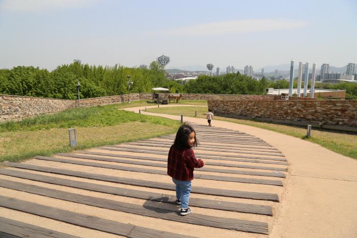 하늘정원 산책길은 공원 산책로와 연결된다.