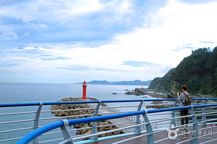 심곡바다전망대에 올라 바다와 등대를 카메라에 담는다.