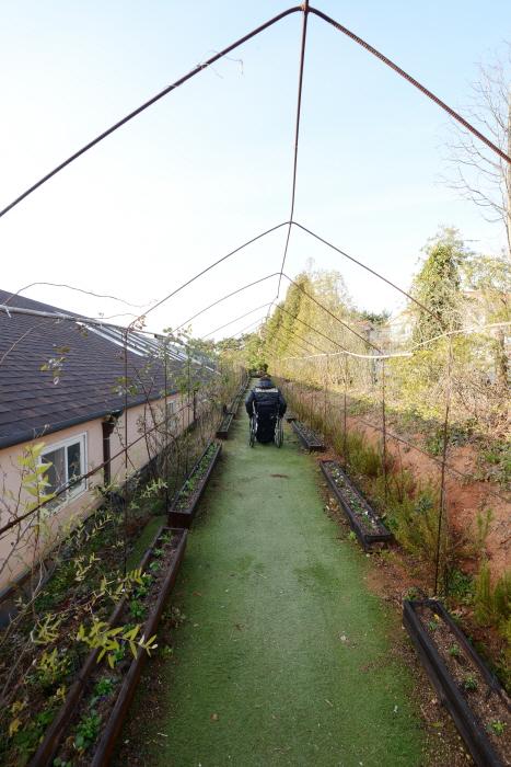 매표소에서 정원으로 향하는 길