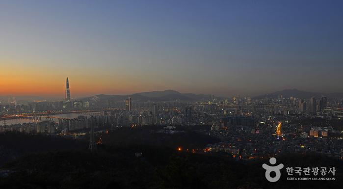 아차산 해맞이광장 왼쪽 전망대에서 본 도심 새벽 풍경