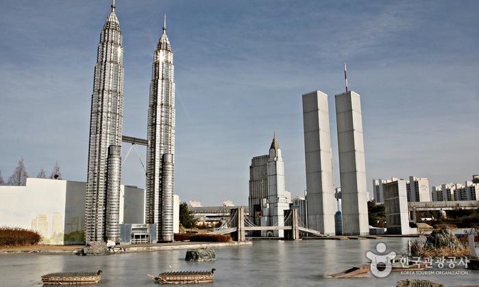 말레이시아 페트로나스 타워와 9.11테러로 사라진 미국의 세계무역센터