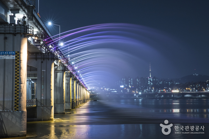 Радужный фонтан на мосту Панпхо дэгё (반포대교 달빛무지개 분수)5