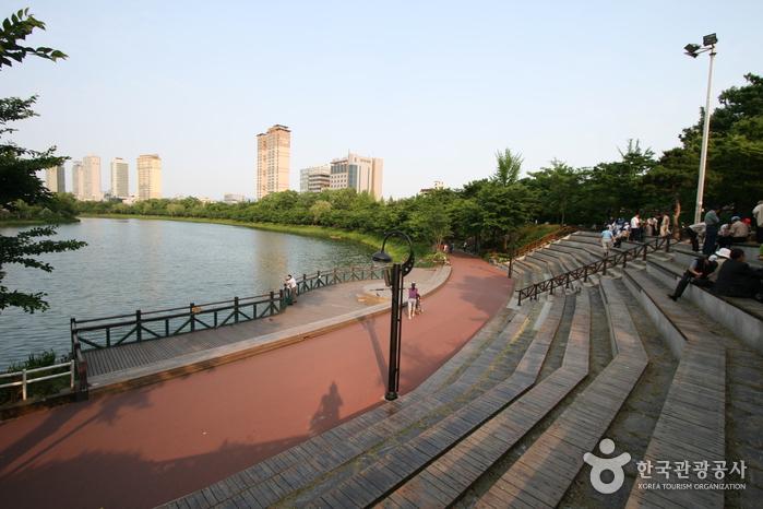 Парк Сонпханару (озеро Сокчхон) (송파나루공원(석촌호수))4