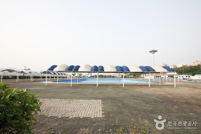 Outdoor Swimming Pools in Jamwon Hangang Park (한강시민공원 잠원수영장(실외))