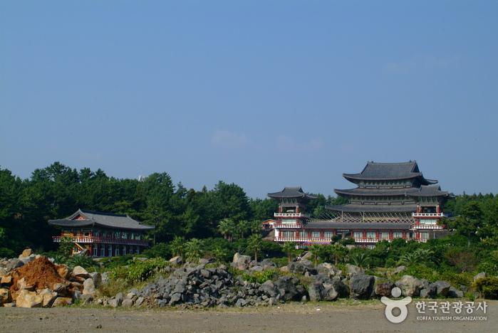 Храм Якчхонса на Чечжудо (약천사(제주))