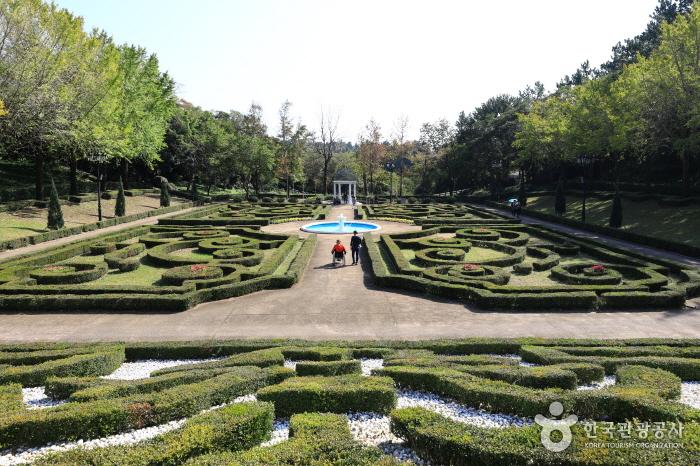 야외식물원의 프랑스정원 전경