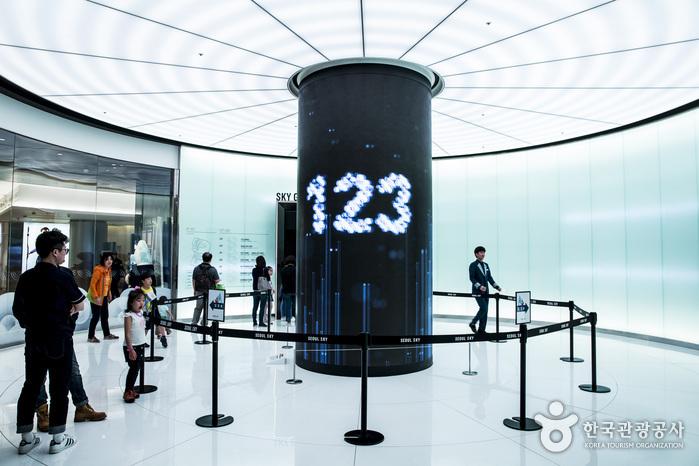 서울스카이는 매표소부터 미디어아트를 볼 수 있다.