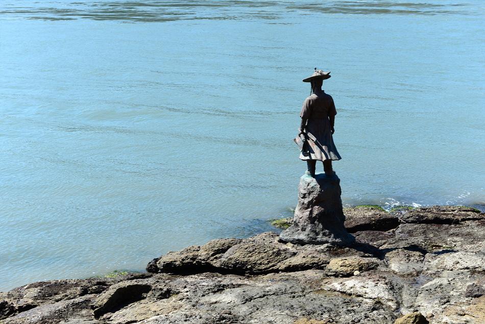 바다쪽을 바라보며 서 있는 이순신 장군 동상