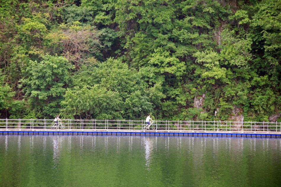 북한강과 어우러진 파로호산소100리길에서 자전거를 타는 연인