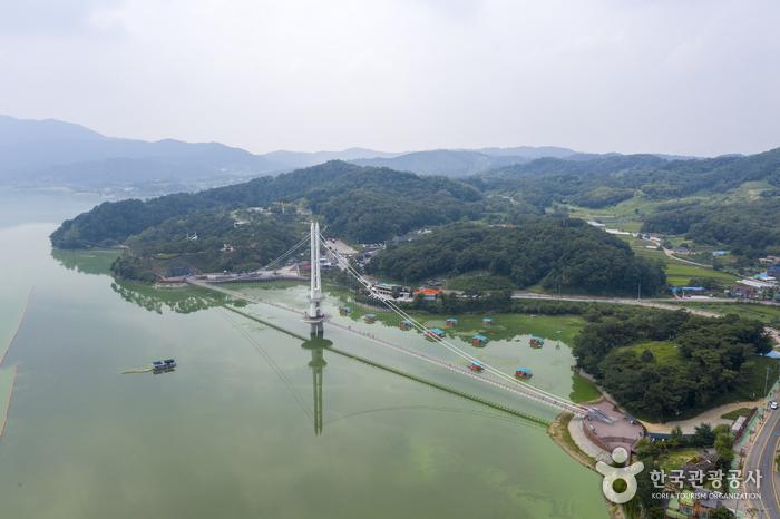 Yedangho Suspension Bridge & Musical Fountain (예당호 출렁다리(음악분수))