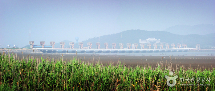 Geumgang Estuary Bank (금강하구둑)