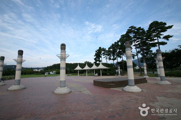 Suseong Pond Resort (수성못 유원지)