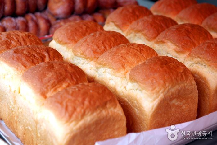갓 구워낸 먹음직한 식빵