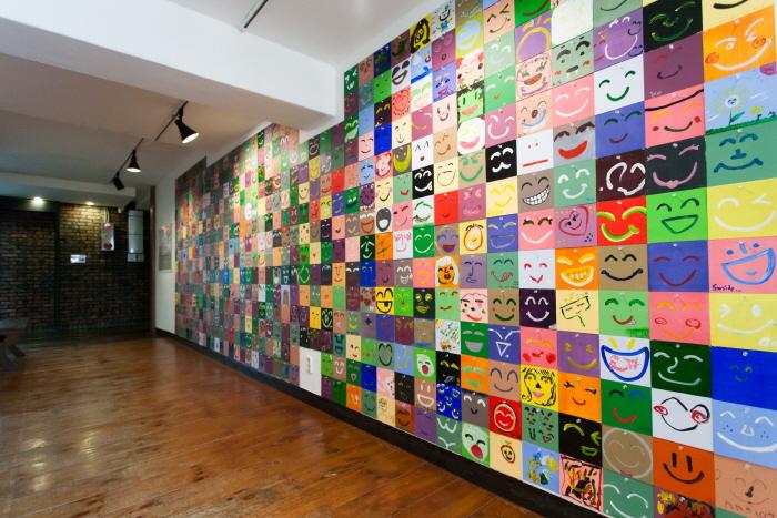 시안미술관의 한쪽 벽을 채우고 있는 스마일 작품들