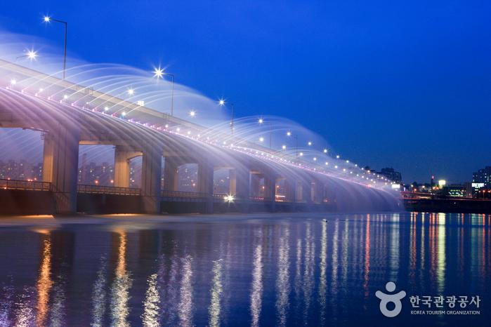 Радужный фонтан на мосту Панпхо дэгё (반포대교 달빛무지개 분수)4