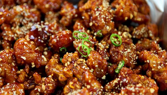 달콤 매콤한 맛이 일품, 속초관광수산시장의 닭강정