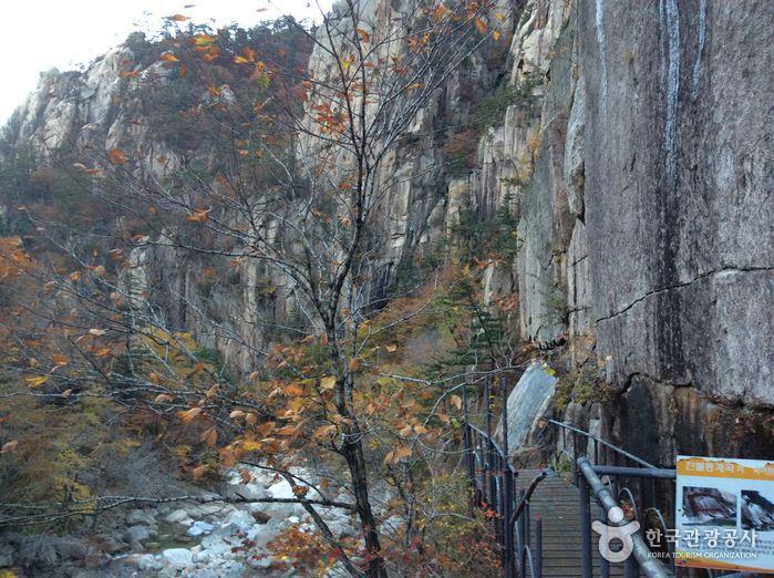 Cheonbuldong Valley (천불동계곡)