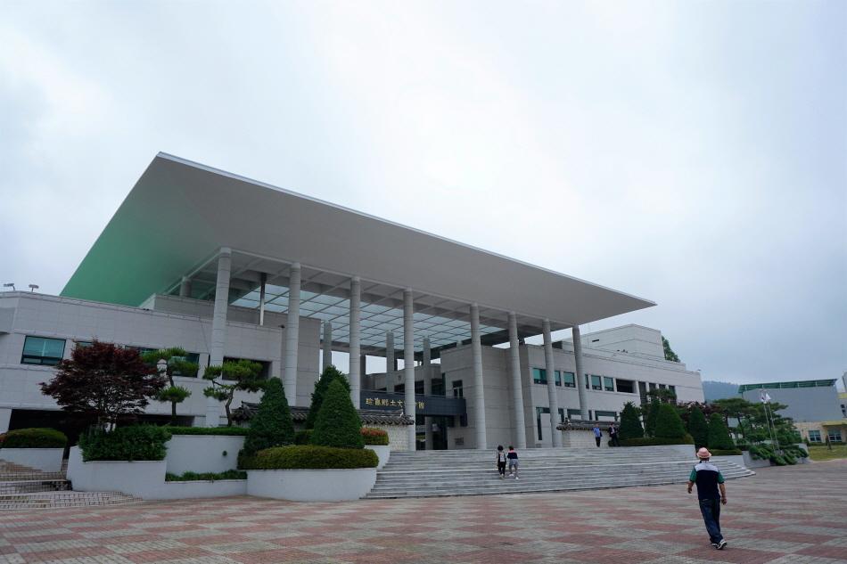 진도향토문화회관은 예향 진도에 있는 대규모 공연장이다.