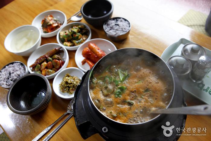 소형 가마솥에서 보글보글 끓이는 맛이 좋다