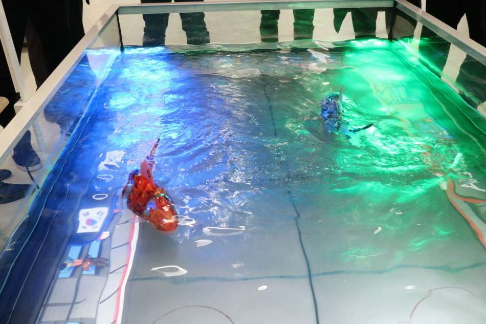 물속에서 로봇이 움직이고 있다.
