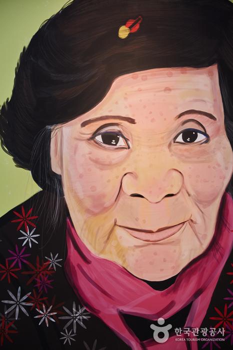 시간이라는 씨줄과 이야기라는 날줄로 직조된 얼굴의 할머니 사진
