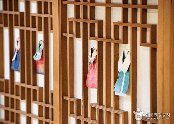 [여행자의 방] 엄마, 여기서 쉬어요 서울 도심 한옥의 밤