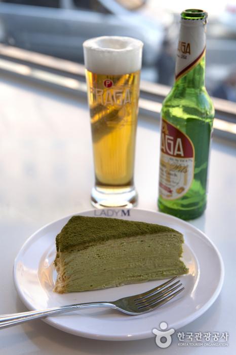 '화이트베일'의 녹차 크레이프 케이크엔 시원한 맥주가 잘 어울린다.