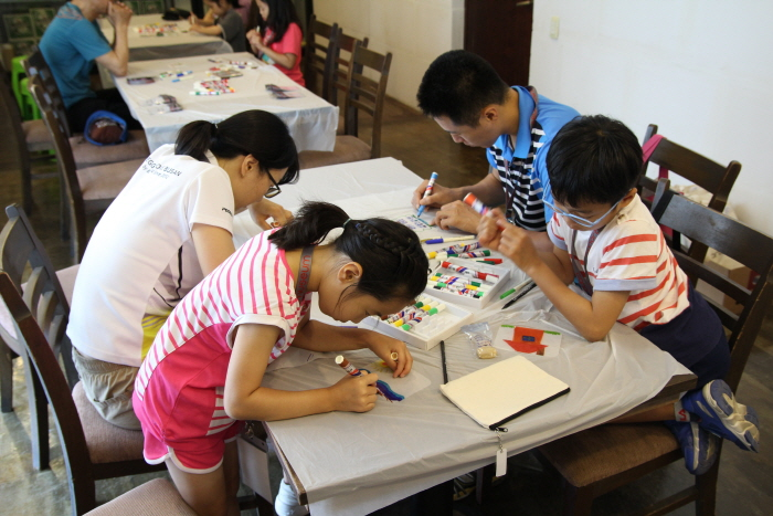 시안미술관에서 부모님과 함께 체험 프로그램을 즐기고 있는 어린이들