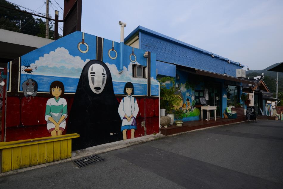 센과 치히로 일본 애니메이션 한장면을 그려 넣은 건물 외벽