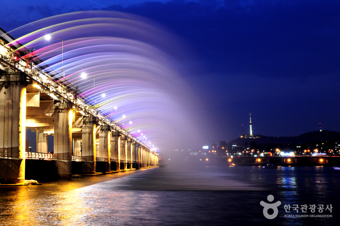 Радужный фонтан на мосту Панпхо дэгё (반포대교 달빛무지개 분수)3