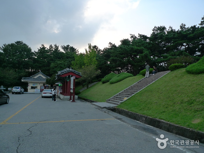 Tomb of General Kim Yushin ( )