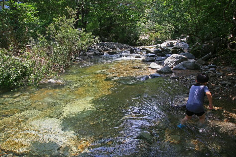 연가리에서 물놀이하는 어린이