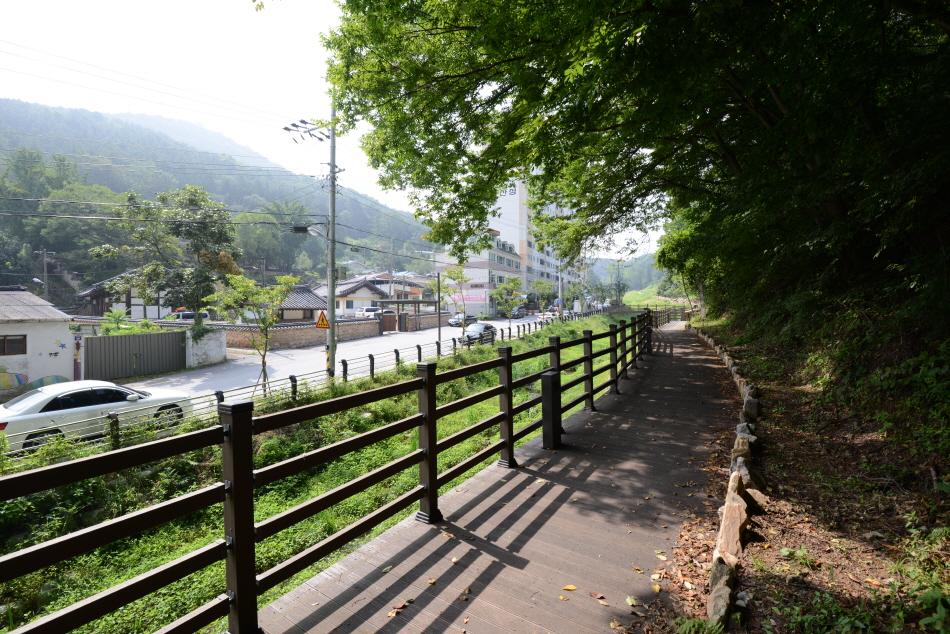 주택가와 산 사이로 난 정돈된 산책길