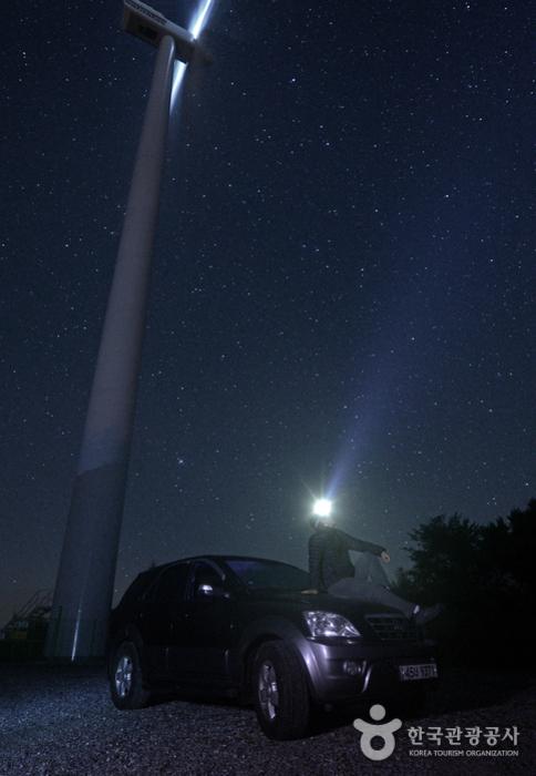 별 관측을 위해서는 두꺼운 외투와 헤드랜턴을 반드시 준비해야 한다.