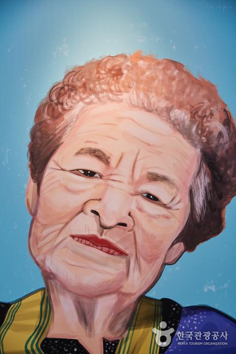 깊게 팬 주름에 서러운 이야기가 겹겹이 쌓여 있는 할머니 사진