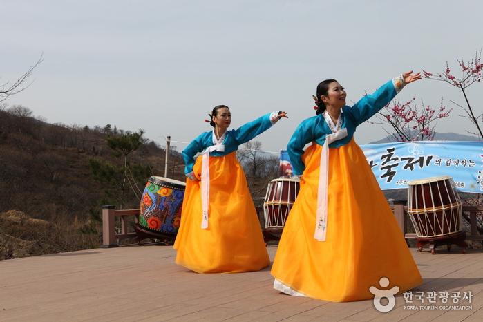 축제기간에는 야외무대에서 다양한 공연이 펼쳐진다