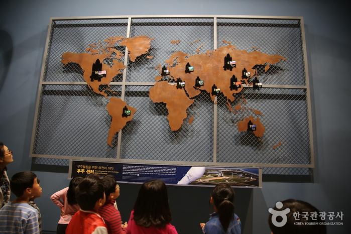 우주센터가 있는 나라를 찾아보는 아이들