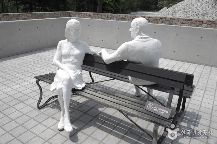 조지 시걸의 작품 '두 벤치 위의 연인'