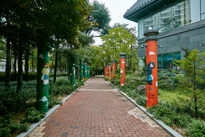 Мемориальный парк движения за погашение государственного долга (국채보상운동기념공원) (старое название Парк единомышленников)8